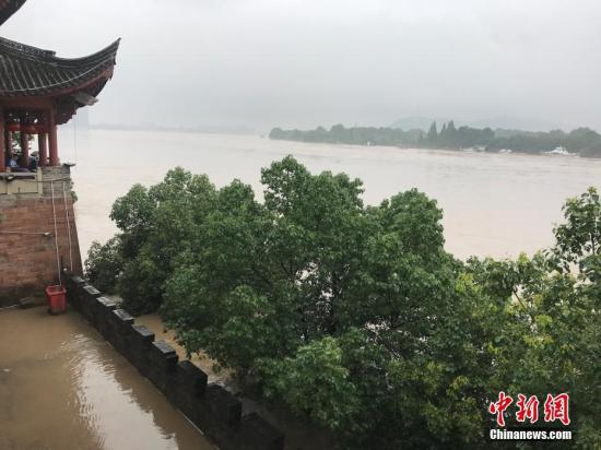 6月25日,由于一连强降雨,浙江兰溪水位猛涨。当地已启动防汛一级应急响应,公布今年第一号职员转移令。 中新社记者 奚金燕 摄