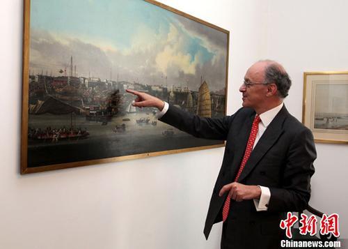 克日,英中商业协会主席、怡跟团体履行董事詹姆斯沙逊勋爵接收中新社记者专访。他向记者先容怡跟团体集会室内的一幅油画,刻画的是19世纪广州船埠面貌。 中新社记者 周兆军 摄