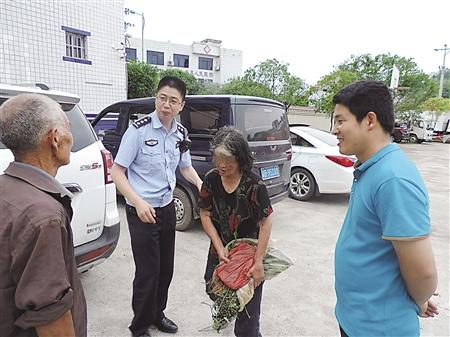 迷路老人与老伴相见 大足警方供图