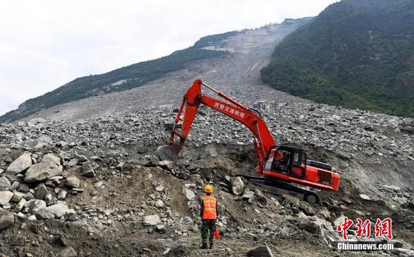 """茂县""""6·24""""山体垮塌:救援人员全力搜救"""