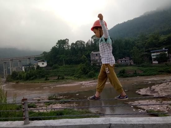 望望在河堤练习走钢丝。