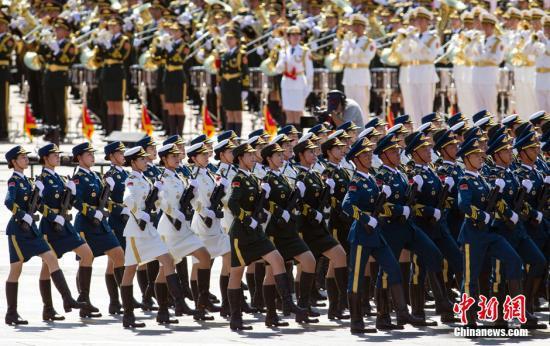 材料图:抗克服利日阅兵式上,全军仪仗队女兵在接收校阅。中新社记者 张浩 摄
