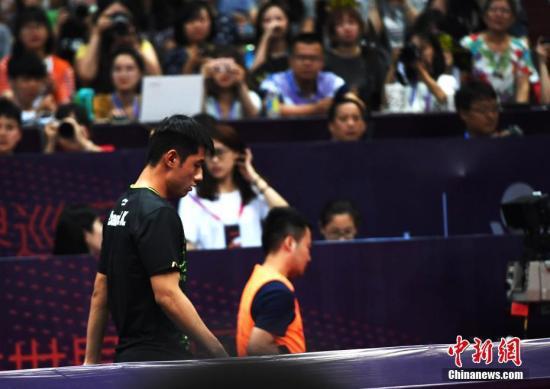 6月22日,在四川省体育馆内停止的国际乒联天下巡回赛2017中国乒乓球公然赛男单1/16竞赛中,中国选手张继科因伤退出本次单打竞赛。安源 摄 6月22日,在四川省体育馆内停止的国际乒联天下巡回赛2017中国乒乓球公然赛男单1/16竞赛中,中国选手张继科因伤退出本次单打竞赛。安源 摄