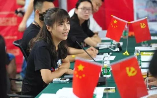 """斗鱼""""网红党支部""""成立。 长江日报 彭年 摄"""