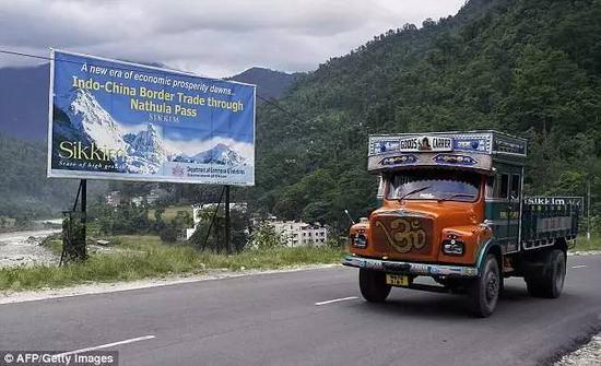 ▲资料图片:一辆印度卡车驶向中印乃堆拉山口。(法新社)