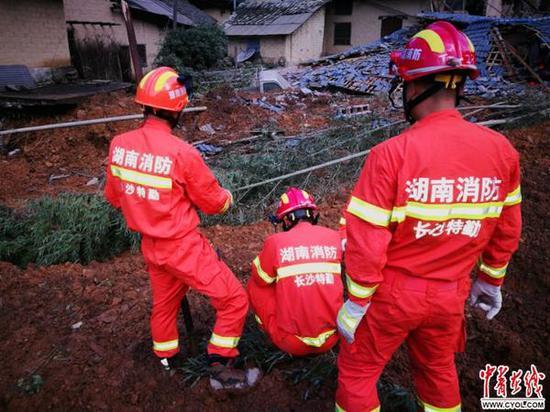 宁乡消防官兵负责对山体滑坡位置掩埋的房屋进行搜救和救援。