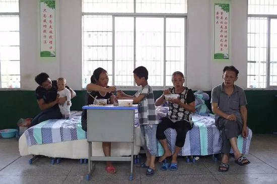 梅树村村民杨国庆一家六口全部转移到上梅镇灾民安置点。新京报记者王飞 摄