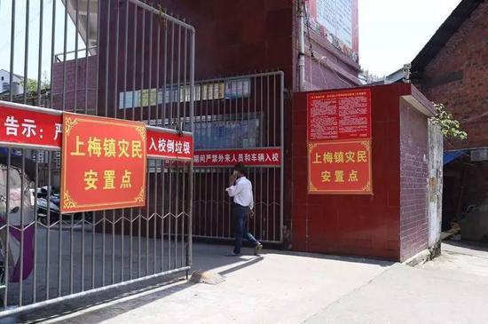 位于新化县十五中的上梅镇灾民安置点。新京报记者王飞 摄
