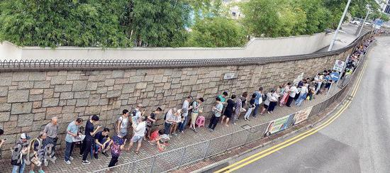 市民前晚起到3个虎帐外列队轮候鉴赏辽宁号的门票。(图片来源:明报)