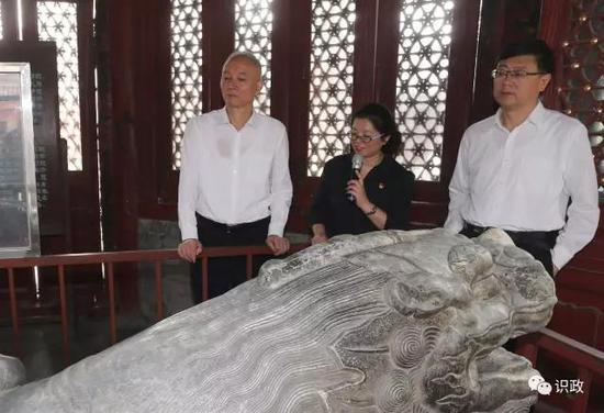 蔡奇、陈吉宁观察万寿寺文物维护情形
