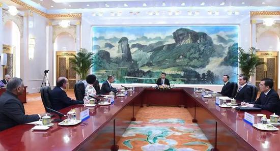 6月19日,习近平在北京人民大会堂集体会见来华出席金砖国家外长会晤的俄罗斯外长拉夫罗夫、南非外长马沙巴内、巴西外长努内斯、印度外交国务部长辛格。