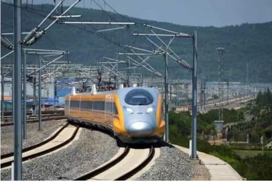 5月16日,用于宝兰高铁联调联试的高速综合检测列车驶入宝鸡南站