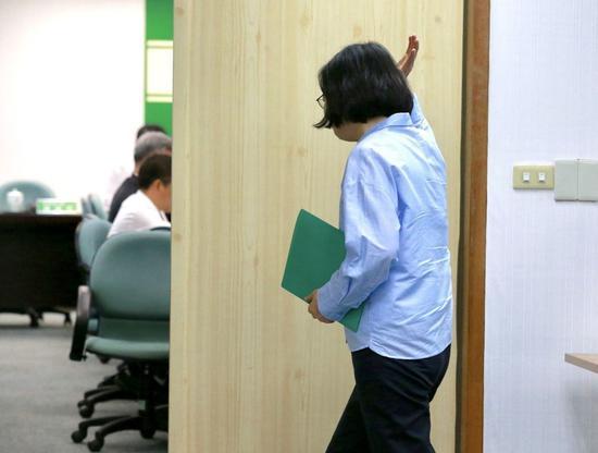 蔡英文在步入会议室前,背对着记者挥了挥手回应。(图片来源:台湾联合新闻网)