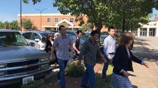 章莹颖家人到达法院