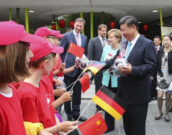 国度主席习近平5日同德国总理默克尔独特缺席柏林植物园年夜熊猫馆开馆典礼。新华社记者谢环驰 摄