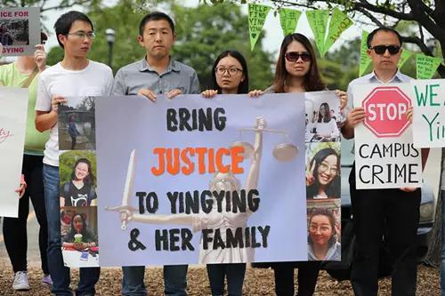 聆訊當天在聯邦法庭外聚集的華人。新華社記者汪平攝