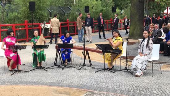 开馆典礼现场,来自中国的吹奏者为参会者献上婉转的中公民乐。