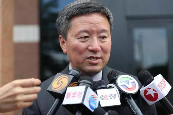 华人律师王志东接受记者采访。新华社记者汪平摄