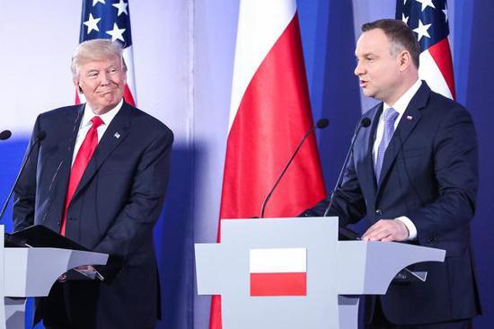 当地时间2017年7月6日,波兰华沙,波兰总统安杰伊·杜达与美国总统特朗普举行会晤。 视觉中国 图