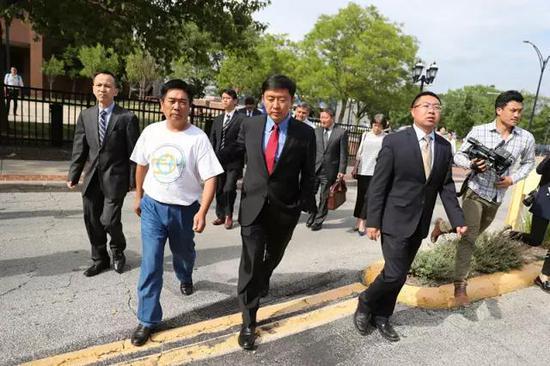章瑩穎家人在律師及使領館工作人員陪同下前往聆訊現場。左二為章瑩穎的父親章榮高。新華社記者汪平攝