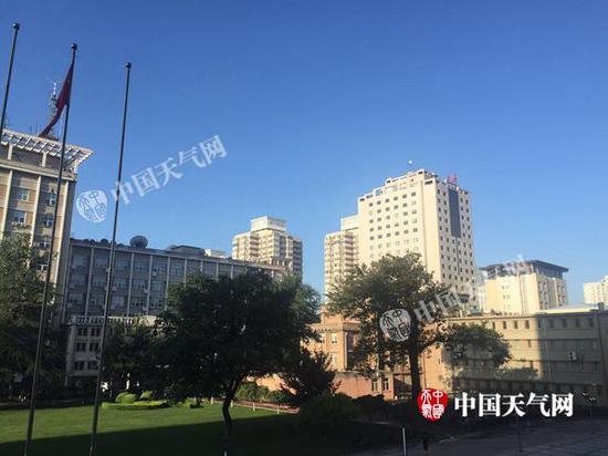 7日晨,北京雨过晴和,天空蔚蓝。
