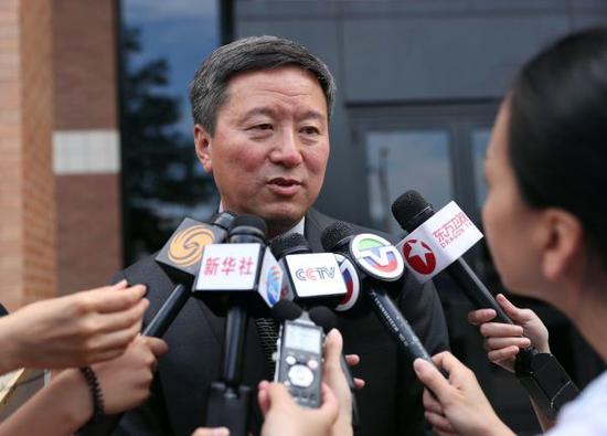 7月5日,在美国厄巴纳市的伊利诺伊州中部地区联邦法院外,义务为章莹颖家属提供法律援助和建议的华人律师王志东接受记者采访。 新华社记者汪平摄