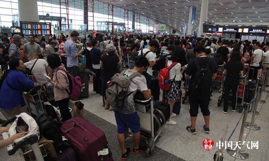 6日下战书,都城机场搭客滞留。