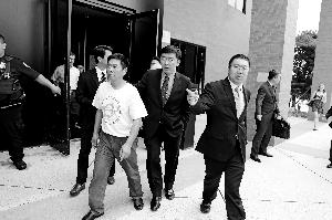 章莹颖的父亲章荣高(前排右三)在聆讯后走出法庭。