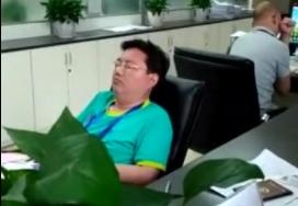 河南公事员下班睡觉不睬大众