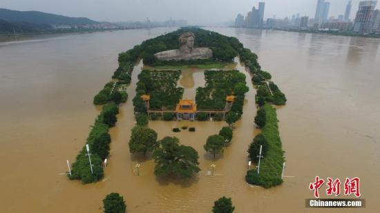 7月2日13时,湘江长沙站水位39.41米,超包管水位1.04米,超当心水位3.41米,较12时上涨0.02米。图为长沙橘子洲不雅光台被淹。中新社记者 杨华峰 摄