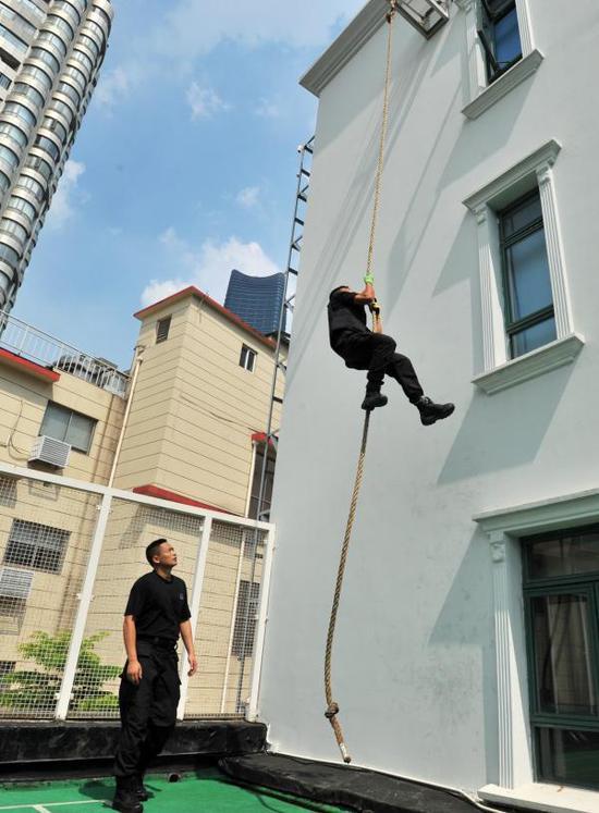 虹口特警支队队员举行徒手负重攀绳演练