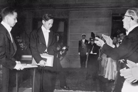 1957年,中国物理学家李政道(左)、杨振宁(中)接受诺贝尔物理学奖(来源:环球时报)