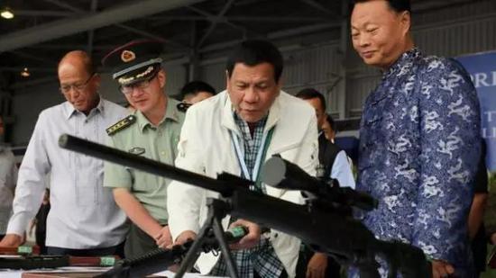 ▲菲律宾总统在菲律宾克拉克空军基地举行的中国武器移交仪式上,查看中国制造的7.62毫米高精度狙击步枪 。(英国广播公司网站)