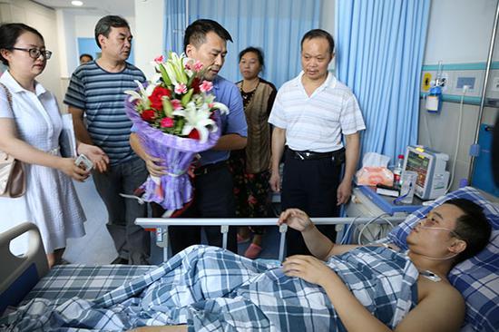 7月11日,重庆市相关部门工作人员前往医院看望徐前凯。 本文图片均为焦敬 图(署名除外)