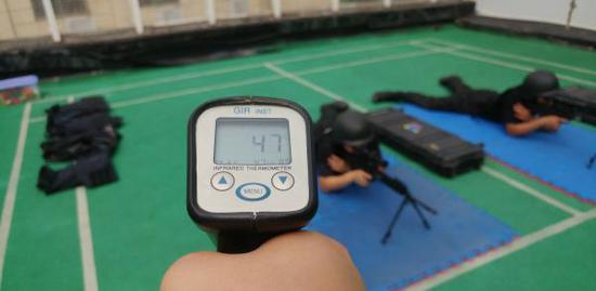 7月12日下昼,测温枪测得地垫温度抵达47℃。