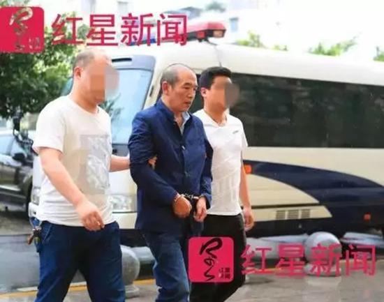 ▲逃亡16年的陈华(中)落网。 本文图均为 红星新闻 图