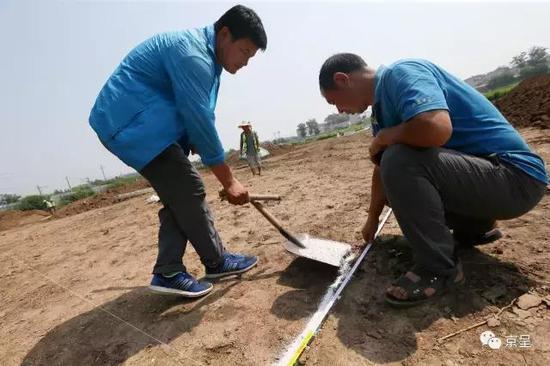 在先期探测出的考古挖掘区内,任务职员用标尺跟白灰计划出一个个边长10米的探方,为接上去的┞符体挖掘做筹备