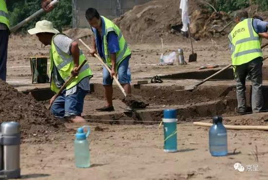 工作人员沿着勘探现场划定的范围开始进行初步挖掘