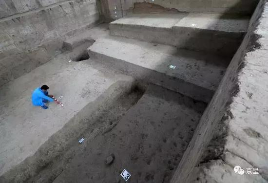 在已探明的古城中心位置,考古人员发掘出了按年代由深至浅叠层排列的西汉(L3),辽金(L2),明清(L1)时期的道路遗迹