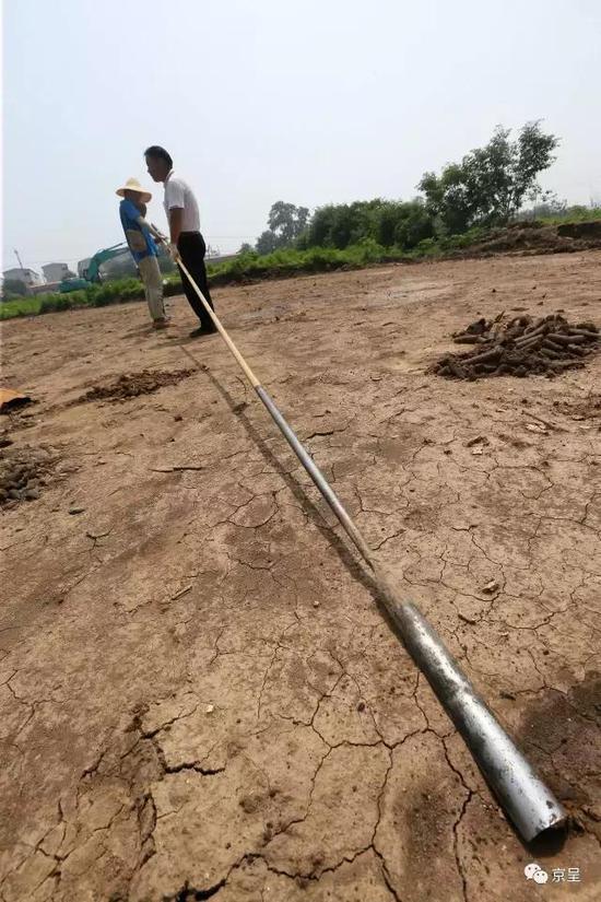 随着工作人员手中的洛阳铲一段段加长,深埋在地下6、7米的古人生活遗迹开始逐渐显现。
