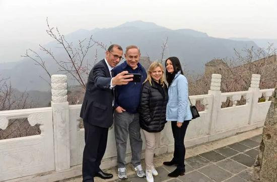 ▲资料图片:2017年3月22日,以色列总理内塔尼亚胡(左二)与夫人(左三)在以色列驻华大使何泽伟夫妇的陪同下游览长城。