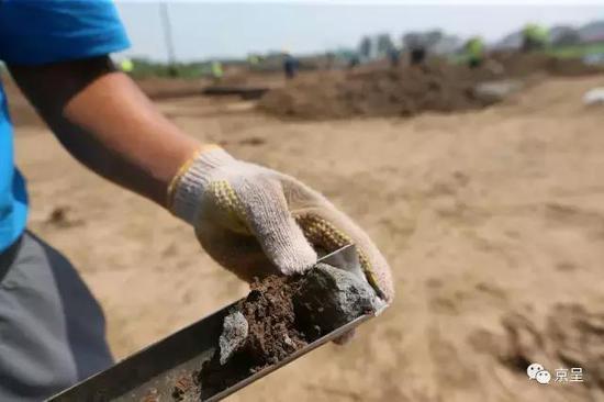 根据地下探测出的墙砖、陶片等物品,考古人员可大致判断出地下遗迹的年代和用途