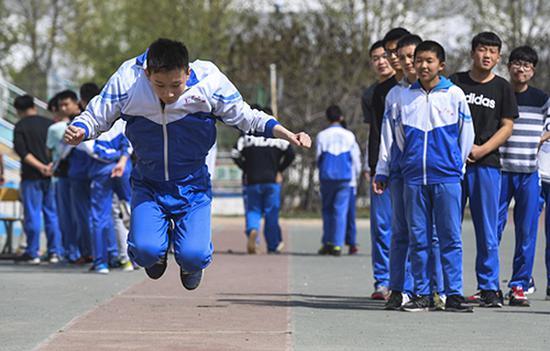 考生在参加体育中考的立定跳远考试。 李晓果 图