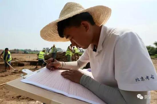 发掘现场,工作人员认真绘制等比例剖面图。挖掘中,每个有价值的文物出土地点都会被详细的记录,便于后期的整理和研究
