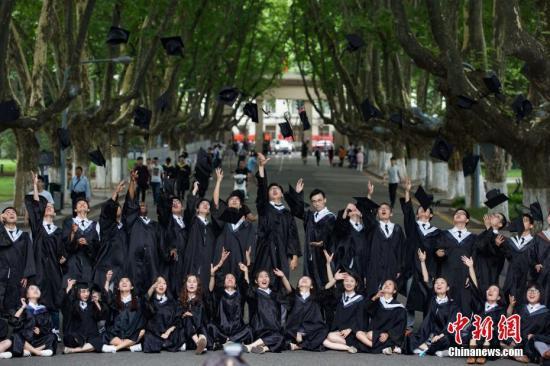 6月19日,大学毕业生抛起学士帽拍摄合影。当日,南京东南大学为2017届本科毕业生举办毕业典礼。中新社记者 泱波 摄