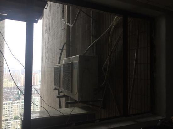张晓颖站的26楼空调外机。