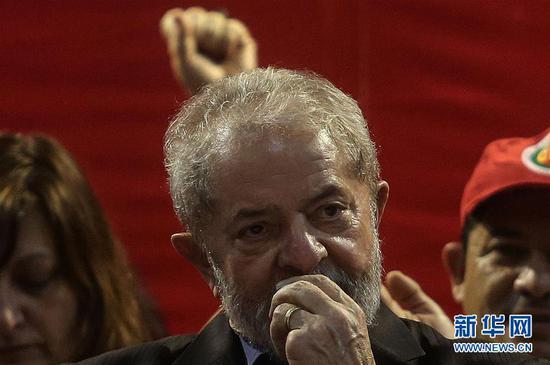 巴西联邦法官塞尔吉奥・莫罗2017年7月12日宣布,前总统卢拉因贪腐和洗钱,一审被判处9年6个月有期徒刑。这是卢拉在巴西圣保罗出席会议时的资料照片(2017年5月5日摄)。 新华社发(拉赫尔・帕特拉索摄)