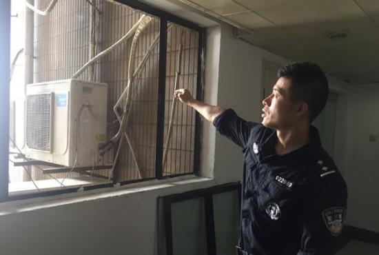 7月14日,涉事大楼26层,警方谈判专家吕颖杰向澎湃新闻记者回忆现场情形。本文图片均为澎湃新闻记者 李佳蔚 图