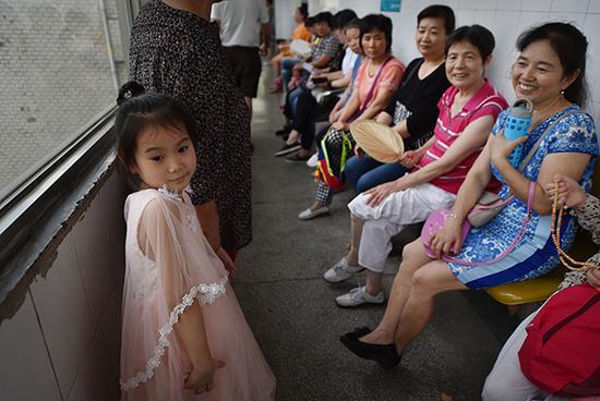 距离下午第二堂课还有半个多小时,一个女孩在家长陪同下来到教室外。