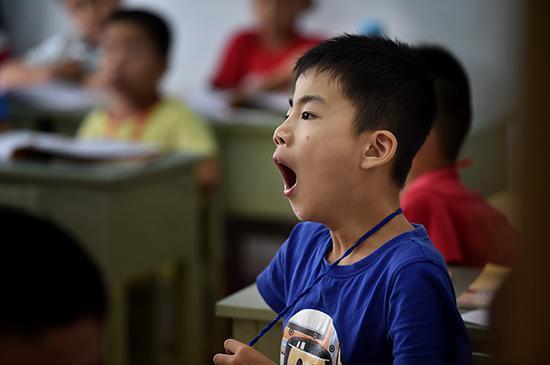 暑期班上一个孩子在打哈欠。